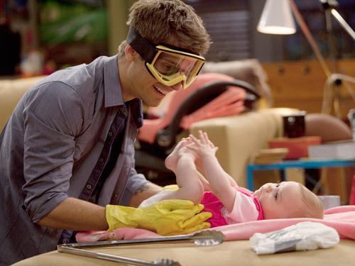 """Jean Luc Bilodeau em cena da série """"Baby Daddy"""" veiculada pelo canal ABC"""