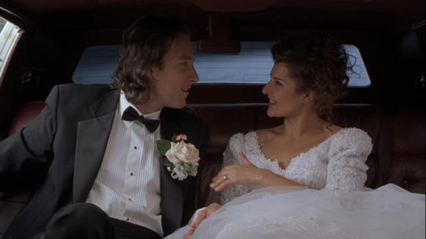 """Cena do divertido """"Casamento Grego"""", em que Ian ( John Corbett) fez de tudo para se casar com Toula (Nia Vardalos)"""