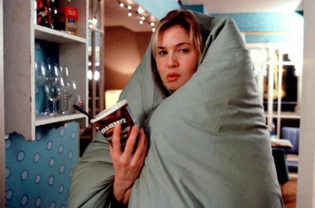 """Cena de """"O Diário de Bridget Jones"""" em que a protagonista afoga as mágoas em um pote de sorvete"""