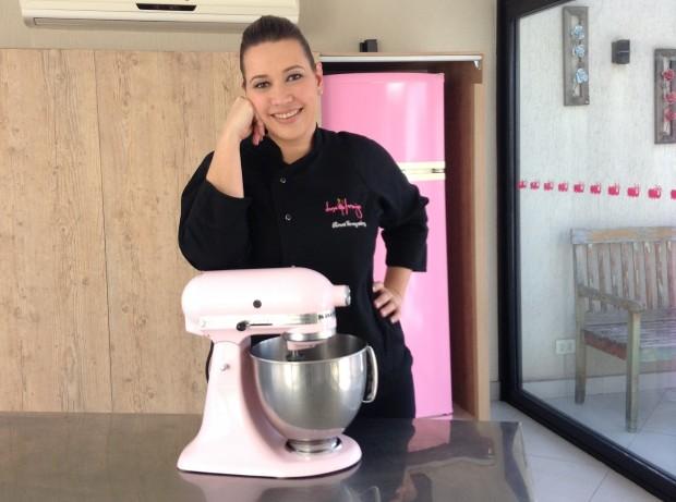 Rosa Gonzales na cozinha do seu ateliê de doces