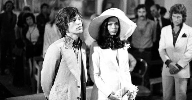 A bela Bianca Jagger no casamento com Mick Jagger, que não passou de quatro anos, mas o sobrenome tem sido para toda a vida