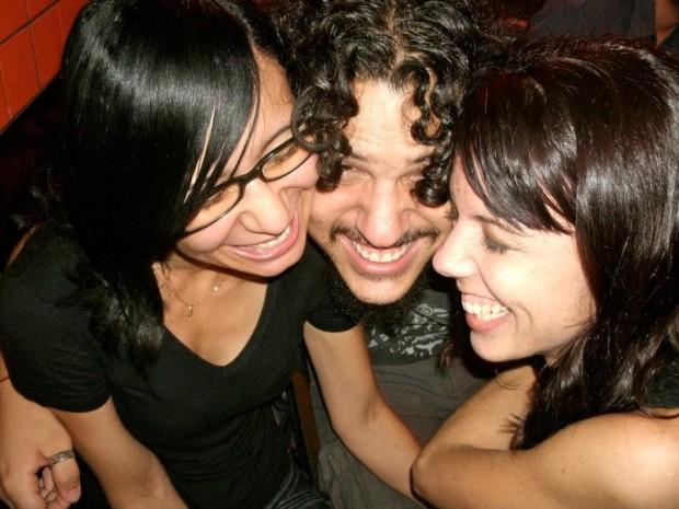 Rafael Machado com Sharlenn Carvalho e Angélica Amorim com quem manteve um relacionamento poliamoroso.