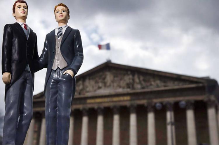 Bonequinhos de bolo de casamento em frente à Assembleia Nacional da França (Joel Saget/AFP)
